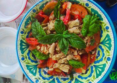 Fresca insalata e altri piatti tipici per pranzo