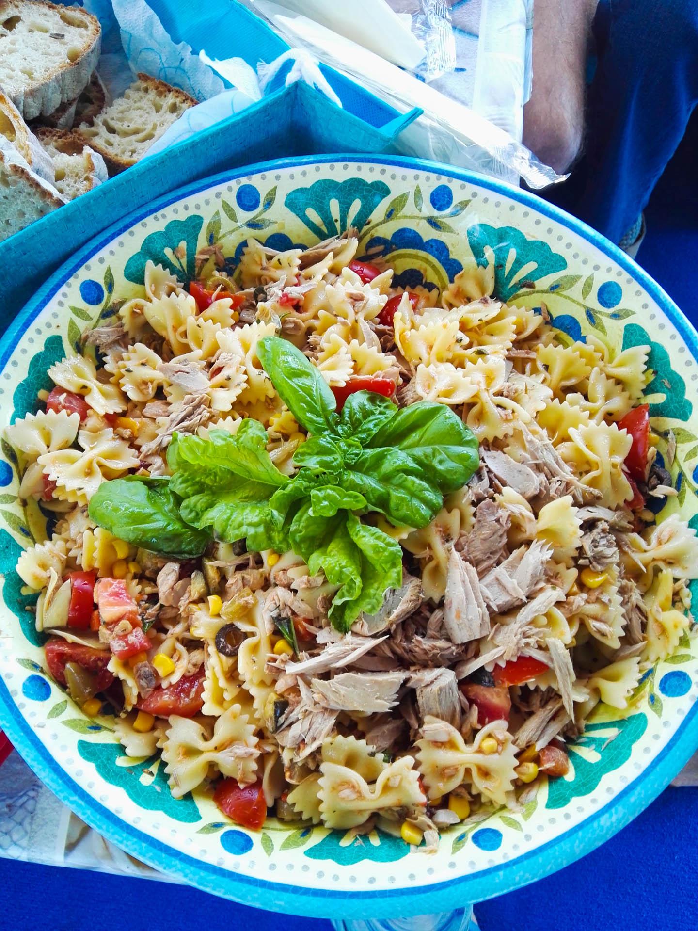 Pasta col pesce per pranzo sulla barca di pescaturismo a Sorrento