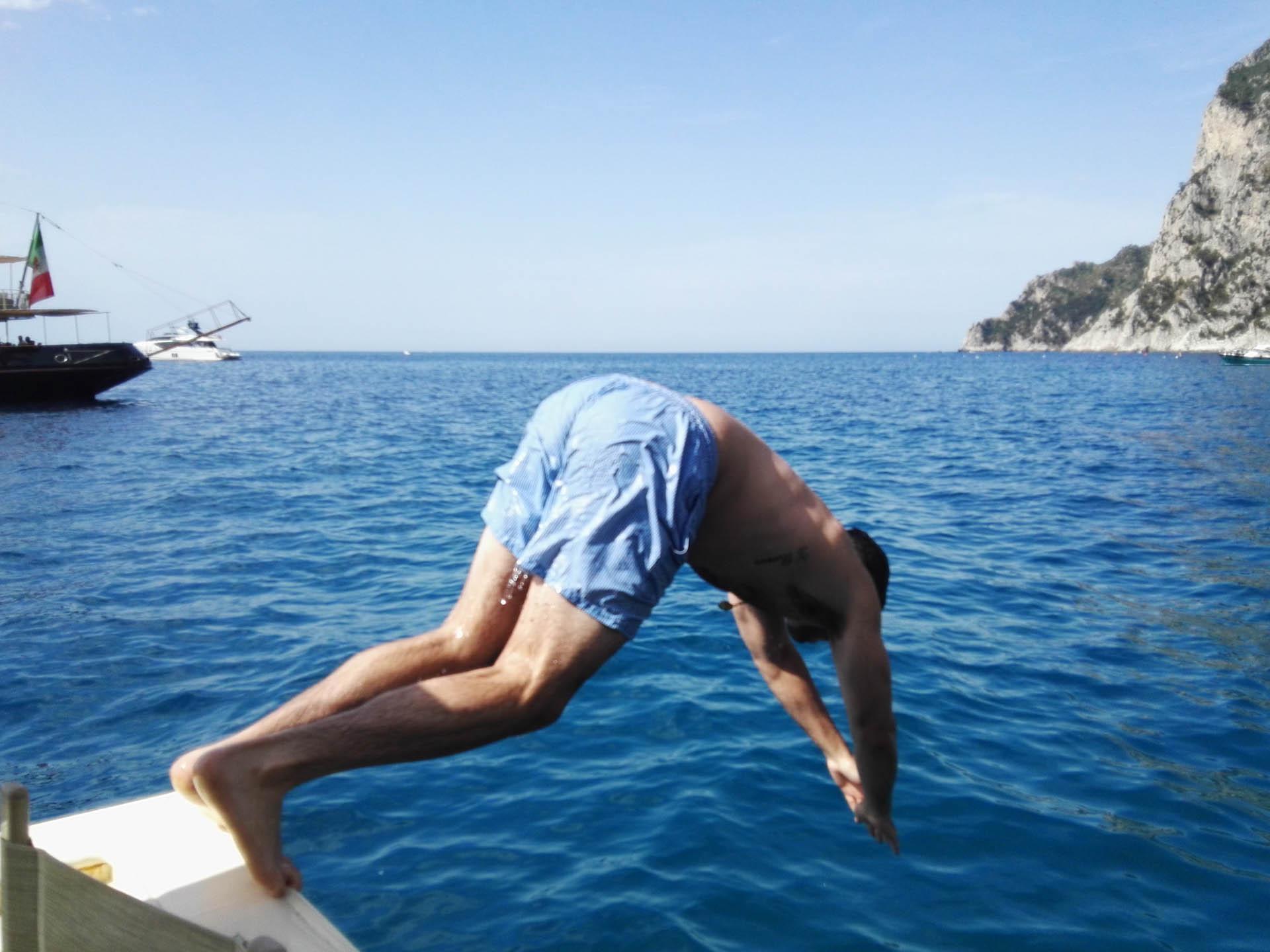 Tuffo nel mare cristallino di Capri