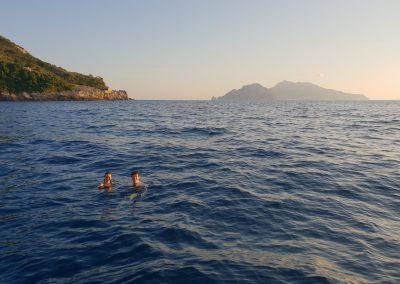 Bagno al tramonto di fronte Capri