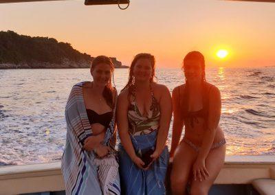 Escursione in barca per gruppi di amici lungo la costiera Sorrentina