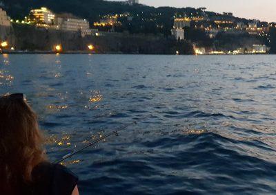 Pescaturismo di sera dalla barca nel golfo di Sorrento