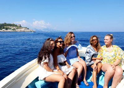 Amiche in escursione in barca verso Capri