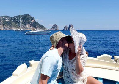 Bacio con sfondo dei Faraglioni di Capri