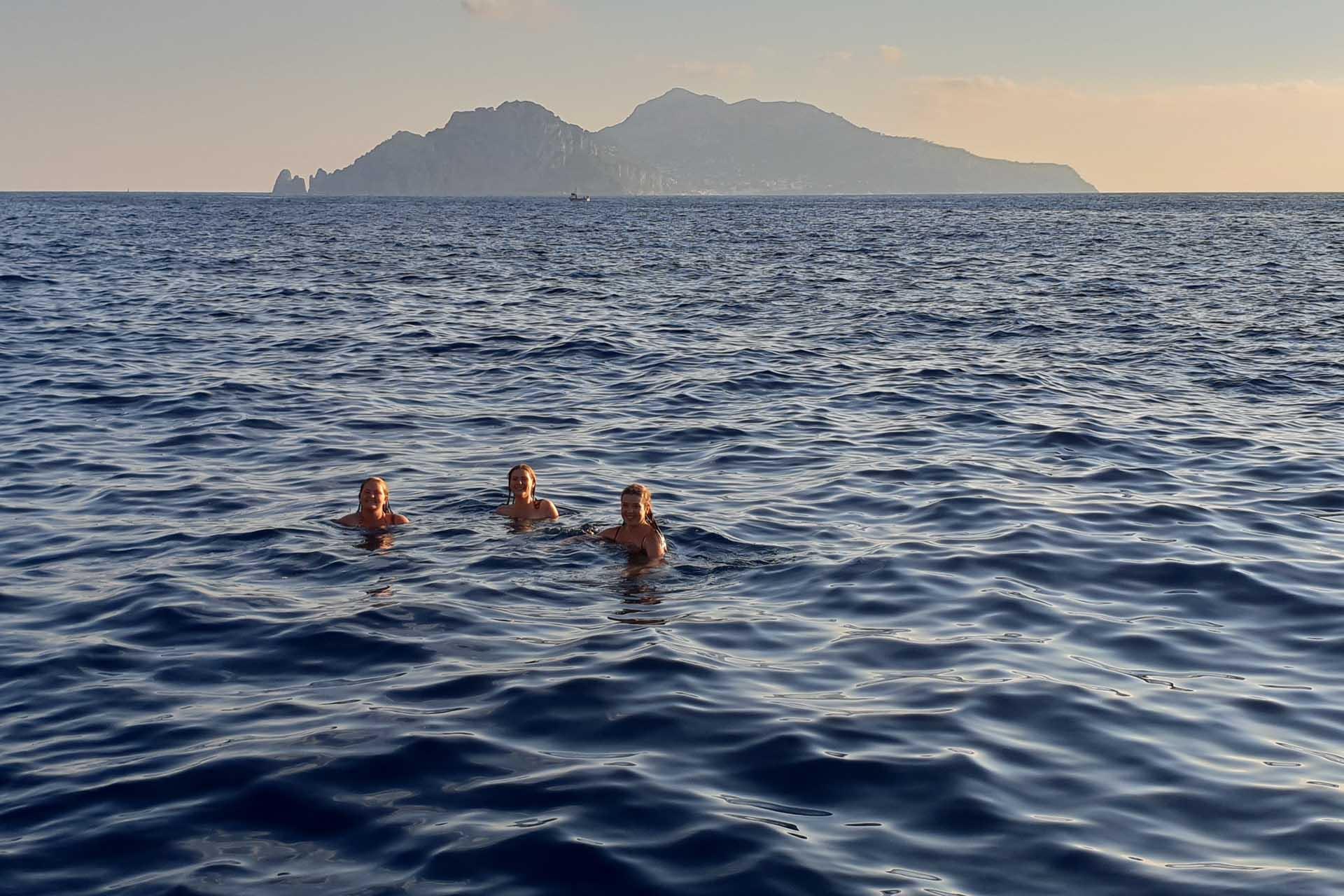Bagno in barca con Capri sullo sfondo