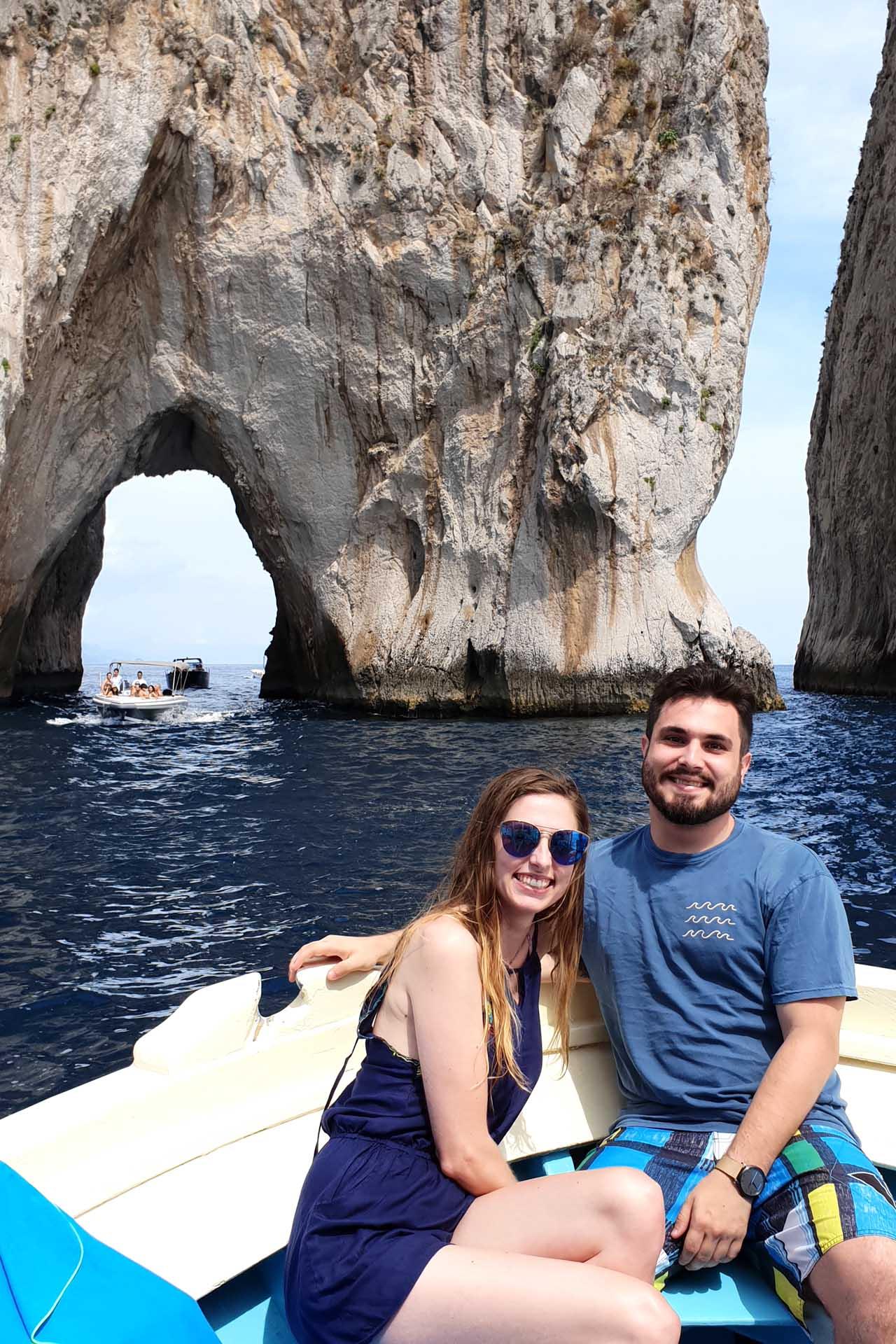 Passaggio sotto i Faraglioni di Capri