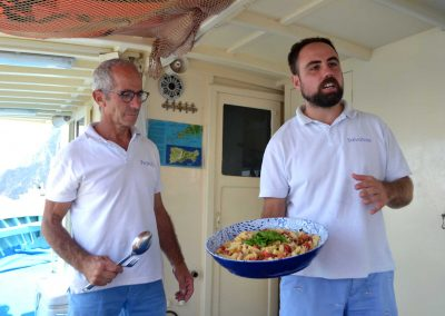 Pranzo con pasta al sugo in barca