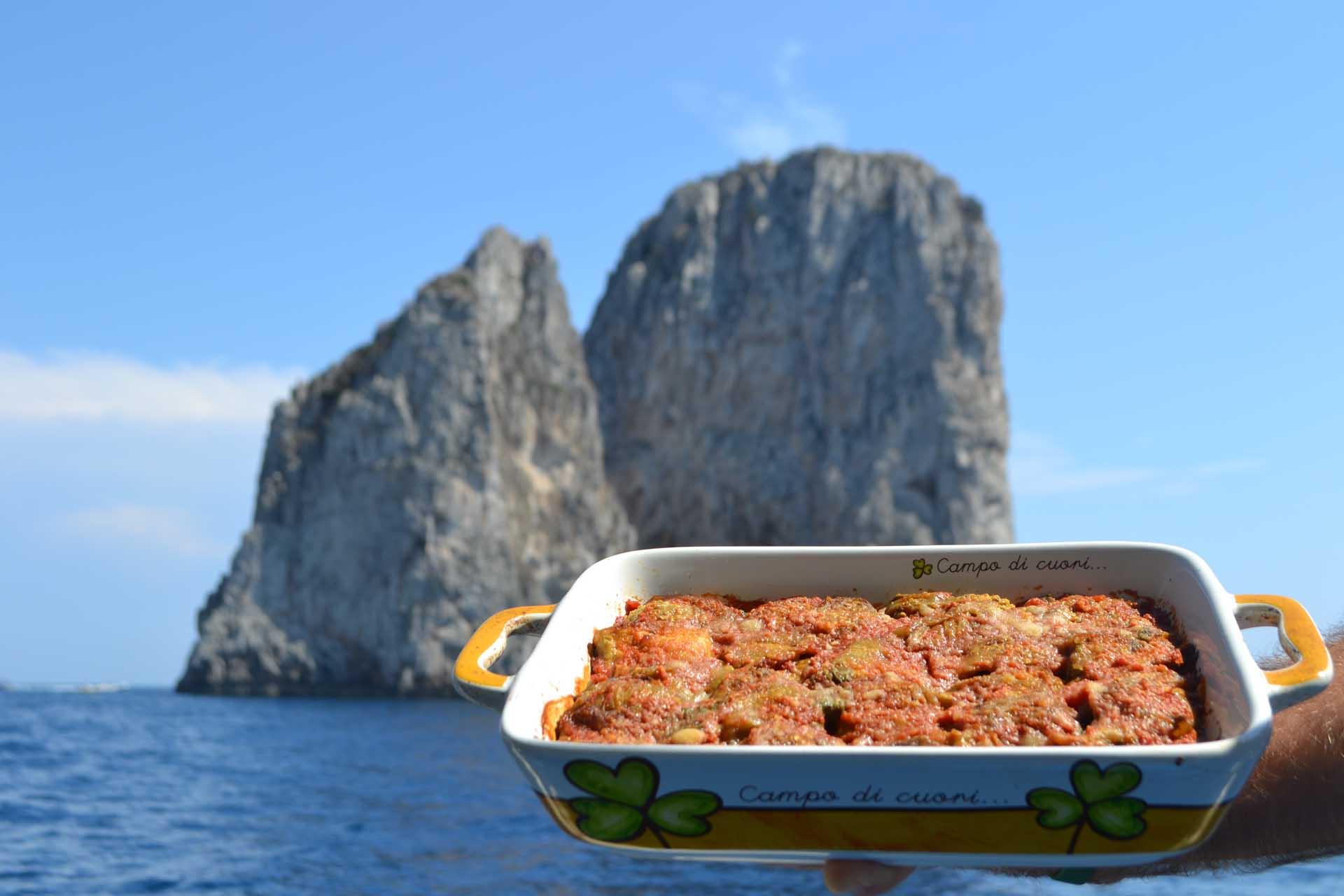 Pranzo in barca a Capri con parmigiana di melanzane