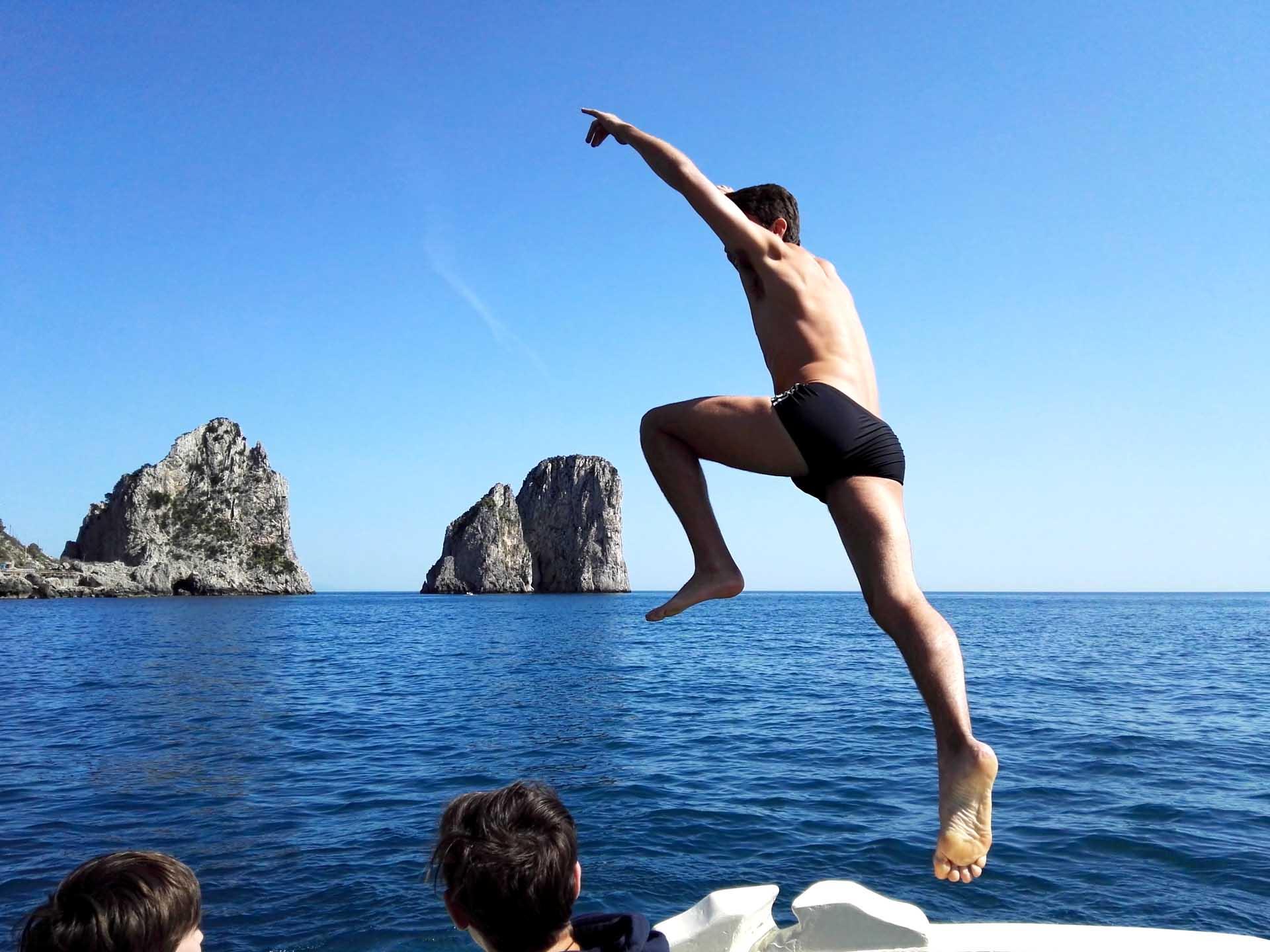 Tuffo nel mare blu di Capri dalla barca