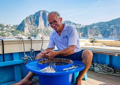 Franco prepara la coffa per l'esperienza di pesca a Capri