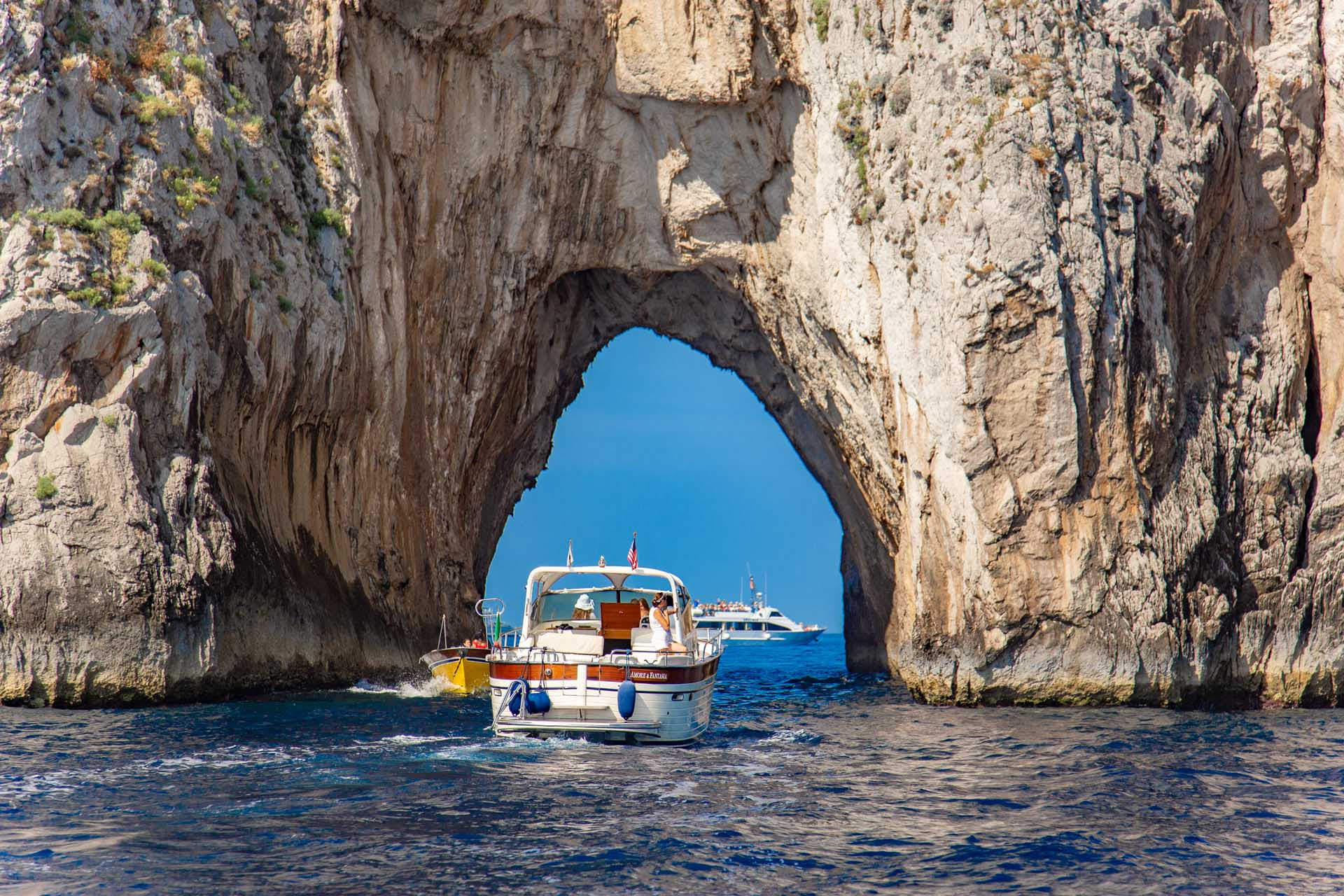 Passaggio sotto il faraglione con la barca
